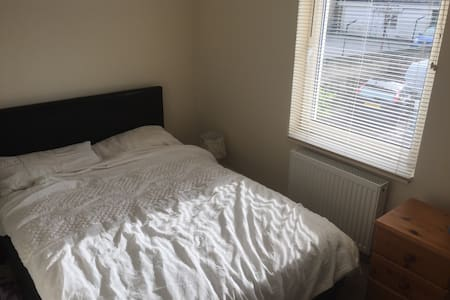 Private, secure, en-suite room town centre - Hus
