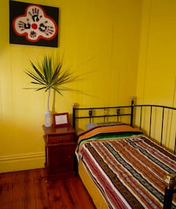 Private room in funky inner city West End - Apartamento