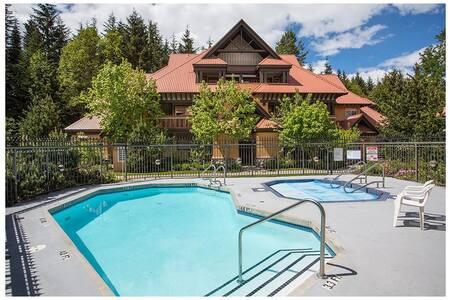 1 Bedroom w/ pool & hot tub access - Casa a schiera