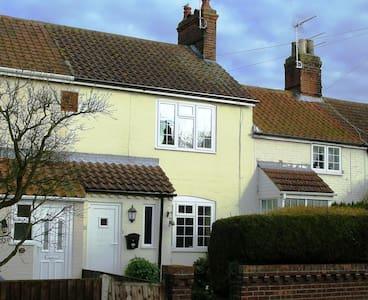 Horseshoe Cottage in Lound. - Rumah