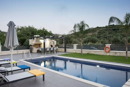 200m from the Beach and Restaurants - Villa