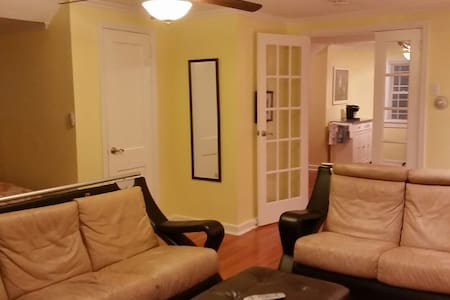 Studio/1 bed apt, priv kitchen,bath, pkg, entrance - Leilighet
