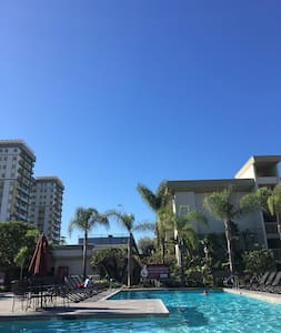 Perfect location and privacy. 3 blocks from Venice pier yet in the quiet neighbourhood of Marina Del Rey. You will have the entire 1 bedroom apartment to yourself and it is professionally cleaned. The room also includes surfboards for your use!