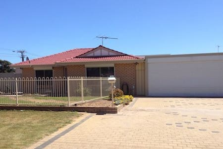 3 bedroom accom. in Rockingham - Haus