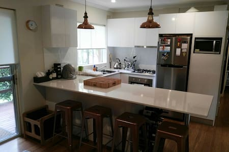 Chic Sun drenched 1 bed Apartment - Manly Vale - Huoneisto