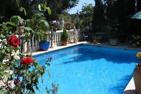 A delightful villa with pool - Hus