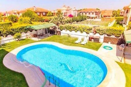 Organik bahçe içinde havuzlu villa - İzmir