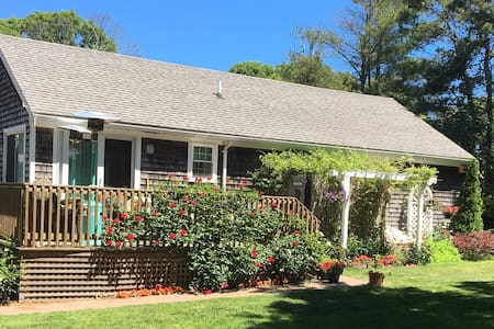 The Rose Garden: private room, excellent location+ - Barnstable - House
