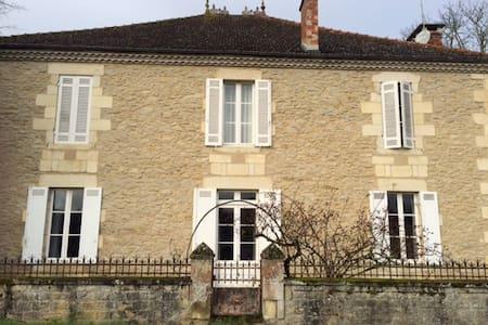 Jolie maison Girondine - Rumah