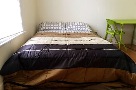 Clean sunny room near Subway - Somerville - Apartment
