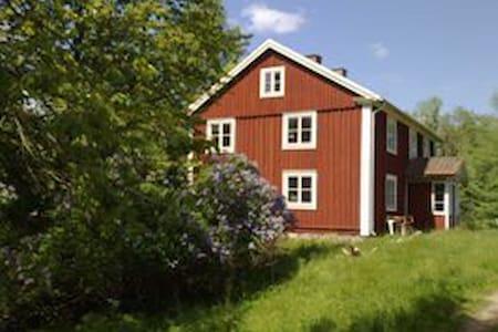 Stor hyggelig ødegård i skoven - Väckelsång  - Trädhus