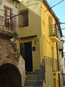 """""""CASA NONNA TOTA"""" graziosa Casa storica del '600 ! - Maida - House"""