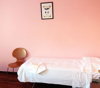 wonderful room near ospedale and centre - Casa