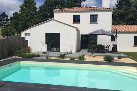 Superbe villa avec piscine - House