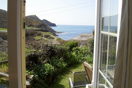 Sea views, 2 mins from beach & pub. - House
