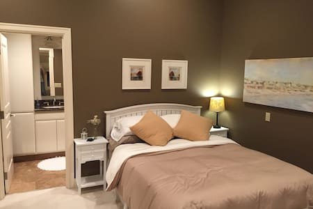 Bedroom Suite T with with en-suite bathroom - Bellevue