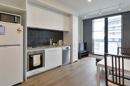 Modern Apartment on Famous Street 6kms from City! - Apartmen