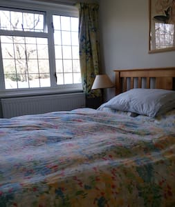 Bright Double Bedroom; Gatwick 30mins by Car - East Sussex - Huis