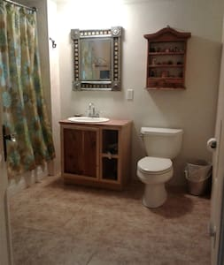 Camino Real-Cozy room with private entrance! - Albuquerque - Hus