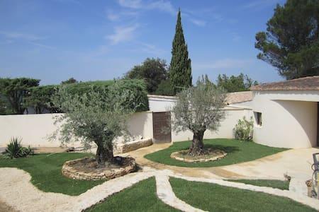 Elegant villa with pool set in private estate - Castillon-du-Gard