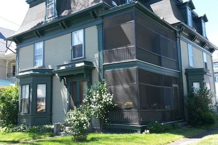 Big Green Victorian - Quiet & Cozy - Newport - Casa