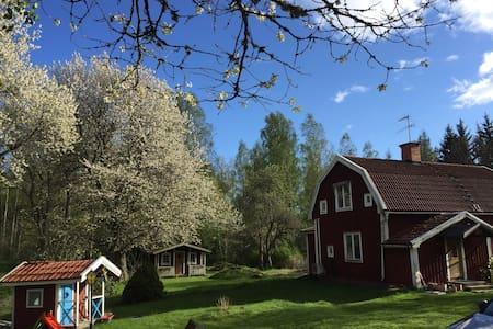Sommarhus med egen brygga - House