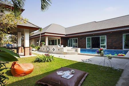 Luxury 6 bed pool villa with Jacuzzi - Pattaya