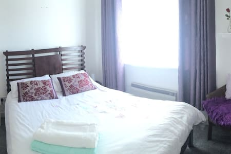 Lovely Double Room in Dublin South - Huis