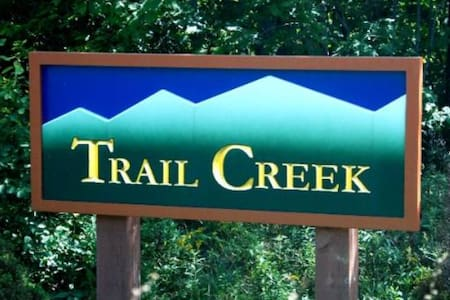 Trail Creek is a short walk to lifts and lodges - Killington - Apartament