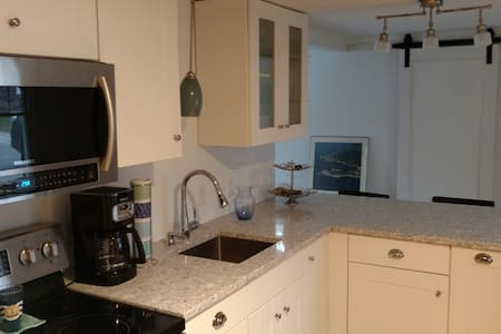 Quiet cozy cottage close to restaurants and beach - Kennebunk - House