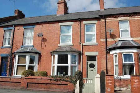 Bright Double Room in Central Wrexham - House