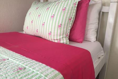 Comfortable bed in a bunkbed room1! - El Segundo - アパート