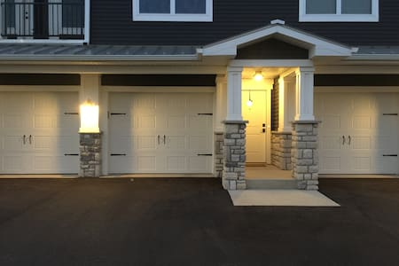 Large Luxury Condo near Cascade, 2 Car Garage - Grand Rapids - Lejlighedskompleks
