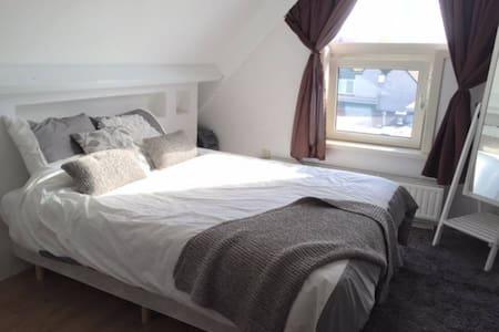 Lovely room near Schiphol & Amsterdam - Lakás