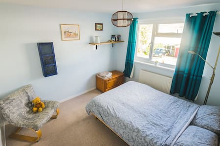 Spacious double bedroom in the Vale of White Horse - Casa