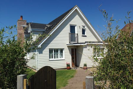 Family friendly Beach House - a skip to the water! - West Wittering - Casa