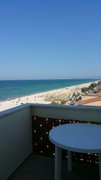 Vista terrazzo con tavolino in cui poter fare colazione pranzo cena tutto quello che volete con una vista mozzafiato