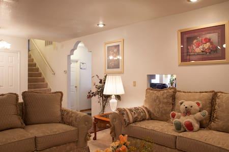 Comfy 3 br/1.5 ba Home, Disneyland/Business Guests - Ház