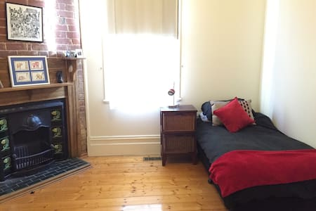 Single room for female travellers - House