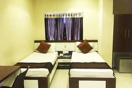 Well furnished room with WiFi on Hazra road. - House