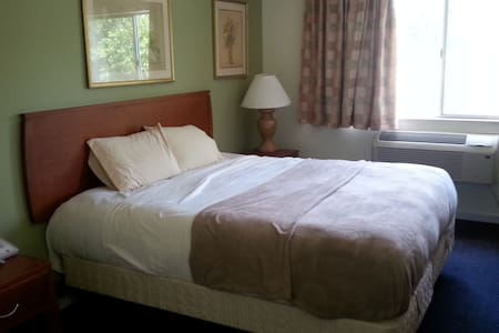 Riverwalk Inn Hotel Room 112 - 1 King Bed - Fort Atkinson - Apartamento