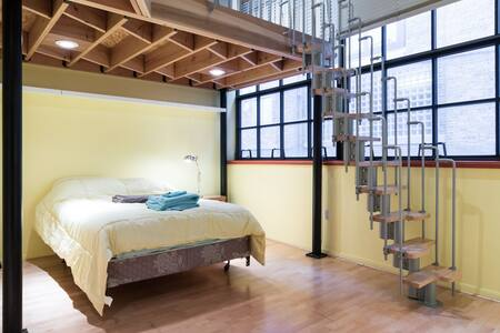 Yellow loft room in Midtown Detroit - Detroit - Apartment