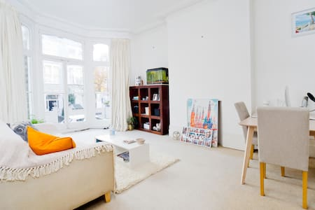 A lovely 1 bedroom flat on the top of Richmond Hill available for short stays. The location is beautiful, 7 mins walk to Richmond Bridge, 15 mins walk to Richmond station, 8 mins walk to Richmond bus station, 10 mins walk to Richmond High Street.