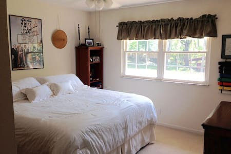 Private bedroom and shared bath, Crestwood - St. Louis - Hus