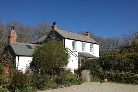 The Farmhouse & The Dairy, Coverack - Casa