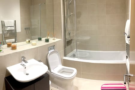 Comfortable room & ensuite near LHR - House