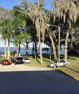Lakefront home - Ház