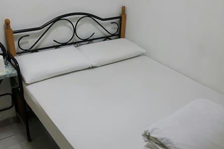 805簡潔衛生單/雙人房(大床) 。