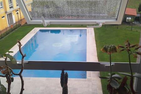Apartamento en campo con piscina - Condomínio