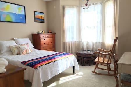 Private Room in Beautiful Lake Front Condo - Carolina Beach